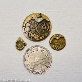 Steampunk klokken set 2, zilver en brons bestaat uit 4 kettinghangers